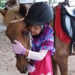 Darwisya dengan kuda kegemarannya bernama Tara